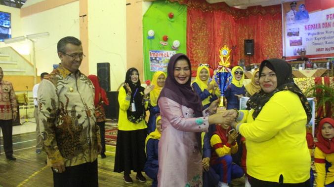 Bupati Solok memberi apresiasi kepada kepala sekolah dan guru TK