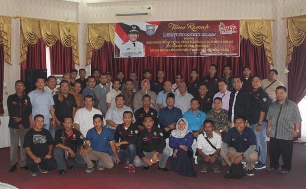 Bupati Yulianto bersama wartawan di Pasaman Barat.