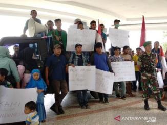 Demo masyarakat Ulu Aia di DPRD Limapuluh Kota.