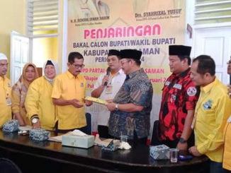 H. Benny Utama saat mengembalikan formulir diterima langsung oleh Ketua Partai Golkar Pasaman Drs. Syahrizal Yusuf