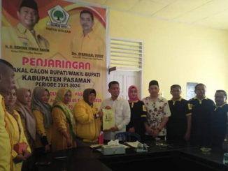 H.Atos Pratama, ST saat menyerahkan berkas pendaftaran ke DPD Partai Golkar Kabupaten Pasaman