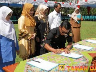 Kepala Dinas Kominfo Drs,Abrar sedang menandatangani MOU