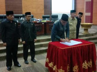 Ketua DPRD Sumbar Supardi saat menandatangani nota kesepakatan penetatapan Ranperda retrebusi Jasa Usaha