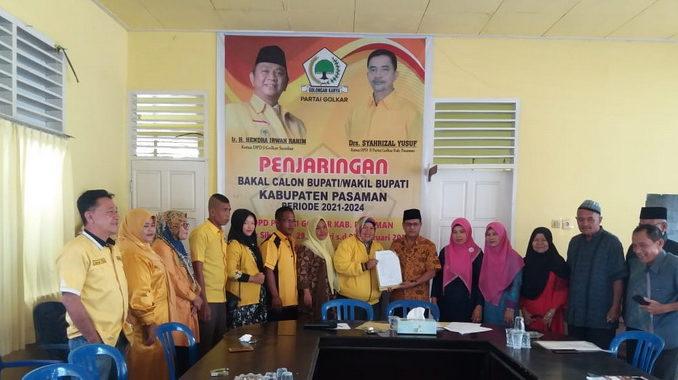 Pasangan Afrizal dan Dahliana Nasution menyerahkan berkas ke panitia pendaftaran Partai Gokar Pasaman