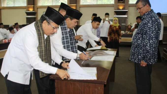 Penandatangan Perjanjian Kinerja disaksikan Bupati Solok.