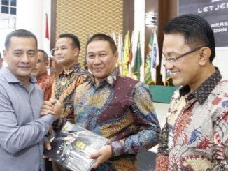 Salam komando Wako Ramlan Nurmatias dengan Wakasad disaksikan Bupati Agam, Indra Catri.