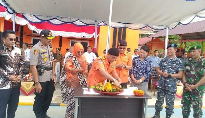 Suasana HUT Basarnas ke- 48, Makan nasi tumpeng Kakansar Akmal bersama Bupati Yudas Sabagallet dan Forkopimda Kabupaten kepulauan Mentawai, di Kantor Basarnas Mentawai.