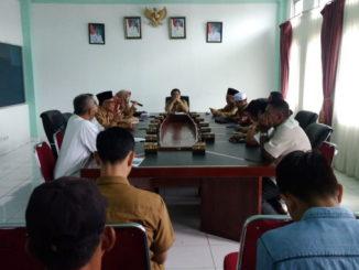 Suasana Pertemuan Masyarakat Tarantang dengan Pimpinan ICBS yang difasilitasi Wabub Ferizal Ridwan bertempat di ruangan rapat kantor bupati kemarin
