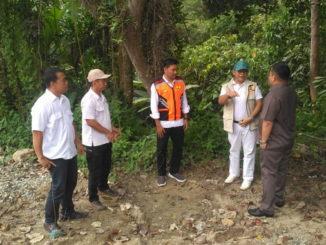 Tarjok saat meninjau salah satu ruas jalan provinsi di Sawahlunto.