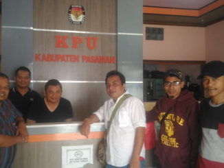 Tim Antoni Rahmat dan sekretaris KPU Pasaman foto bersama di sekretariat KPU Kabupaten Pasaman.