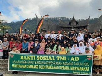 Wakasad Letjen TNI Tatang Sulaiman bersama rombongan engan masyarakat dan para siswa.