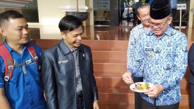 Wako Pagaralam Alpian Maskoni bersama wartawan.