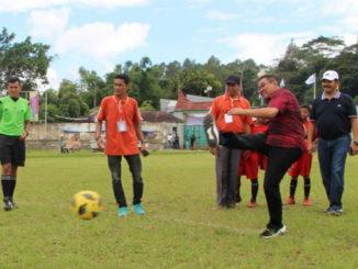 Wako Ramlaan Nurmatias saat melakukan tendangan pertama Turnamen Walikota Cup Bukittinggi.