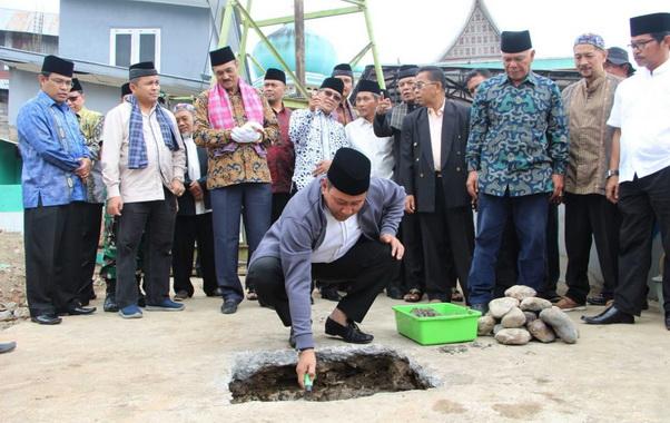 Wako Ramlan Nurmatias meletakkan batu pertama pembangunan unit usaha Masjid Jami' Birugo..