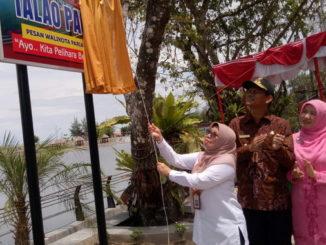 Kepala BPPW Syafriyanti didampingi Walikota Pariaman Genius Umar dan Ny Genius Umar Lucy saat membuka selubung papan nama WFC Talao Pauah..