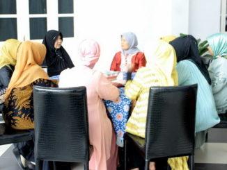 Nevi Irwan Prayitno saat melepas HWK Sumbar berangkat ke event Mahakarya Randai We'e si Pono di Jakarta.