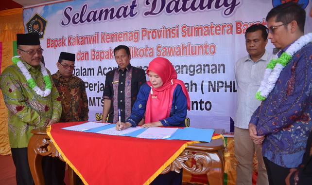 Penandatanganan berita acara dana hibah buat MTsN 2 Kota Sawahlunto.