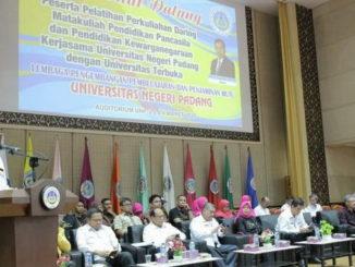 Prof. Yunia Wardi saat memberi sambutan.