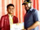 Usai terima hadiah, Raihan siswa MAN 2 Pekanbaru foto bersama Walikota Padang Panjang, Fadly Amran.