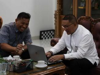 Wako Ramlan Nurmatias saat mencek data sensur penduduk online.