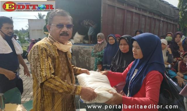 Ali Mukhni saat memberikan bantuan.