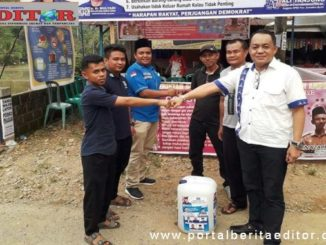 Ali Tanjung menyerahkan disinfektan untuk Kab. Pesisir Selatan.