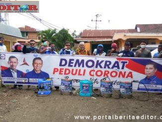 Anggota DPRD Kota Padang, Mukhlis dalam kegiatan penyemprotan disinfektan di Koto Tangah.