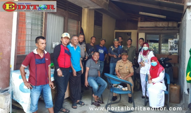 Anggota DPRD Kota Padang, Murikhwan dalam suasana istirahat usai melakukan penyemprotan cairan disinfektan di Kelurahan Parak Laweh Pulau Aia Nan XX.