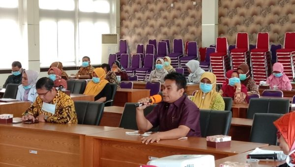 Anggota Komisi IV DPRD Kota Padang, Zalmadi tengah berdialog mengenai kesiapan Dinas Kesehatan Kota dalam penanganan Covid 19.