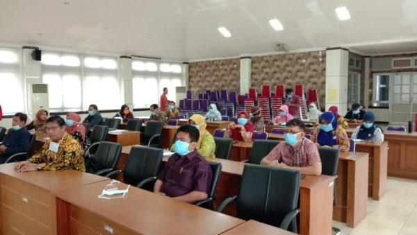 Anggota Komisi IV DPRD Kota Padang fokus mendengar paparan Kepala Dinas Kesehatan Kota Padang dalam penanganan Covid 19.