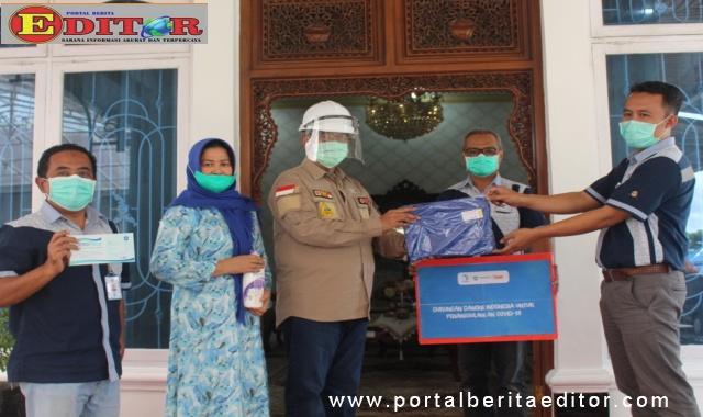 Bupati Gusmal menerima bantuan APD dari Aqua pabrik Kab. Solok.