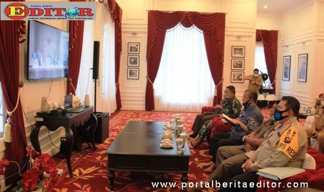 Bupati Gusmal mengikuti Rapat PSBB melalui video coverence.
