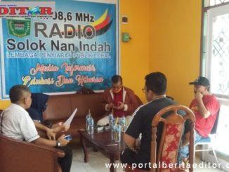 Bupati Gusmal saat mengunjungi Radio Solinda FM.