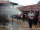 Bupati Irfendi Arbi saat melakukan penyemprotan disinfektan di Pasar Piladang.