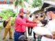 Bupati Musi Rawas saat membagikan beras kepada masyarakat.