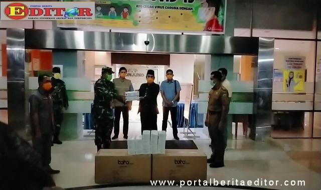 Bupati Sijunjung Yuswir Arifin menerima bantuan masker dan APD dari Mabes TNI..
