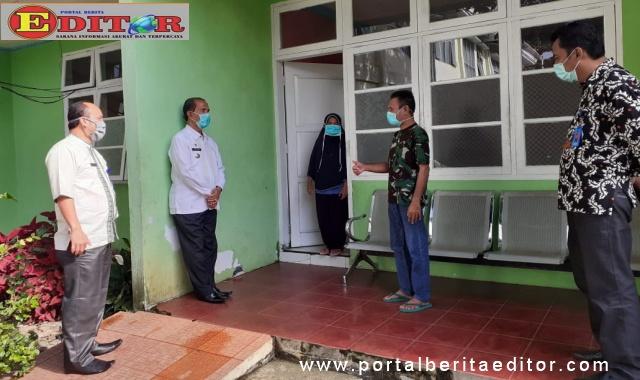 Bupati Yusuf Lubis didampingi Direktur RSUD, dr Yong Marzuhaili dan PLT Kadis Kesehatan Pasaman saat menjenguk pasien 01 di ruang VIP RSUD setempat,