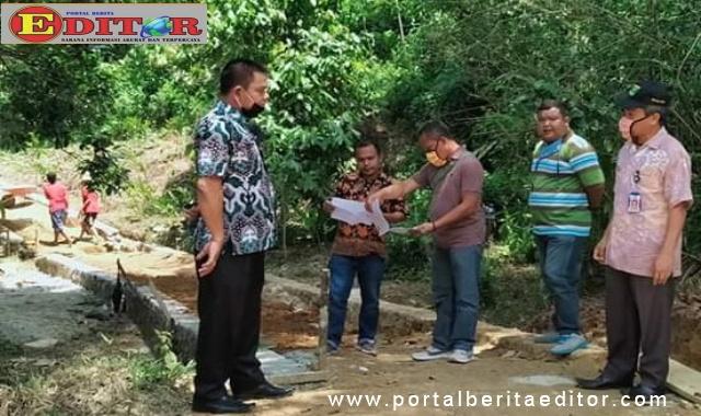 Drs Hasiholan Hutagalung meninjau langsung Program Padat Karya Tunai Di Nagari Simpang Tonang,Kecamatan Duo Koto.