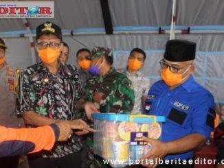 Gubernur Irwan Prayitno saat memberikan bantuan.