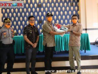 Gubernur Sumbar saat menyerahkan bantuan APD di Payakumbuh.