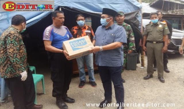 H Benny Utama SH MM menyerahkan bantuan saat meninjau posko perbatasan Provinsi Sumatera Barat dengan Provinsi Sumatera Utara.