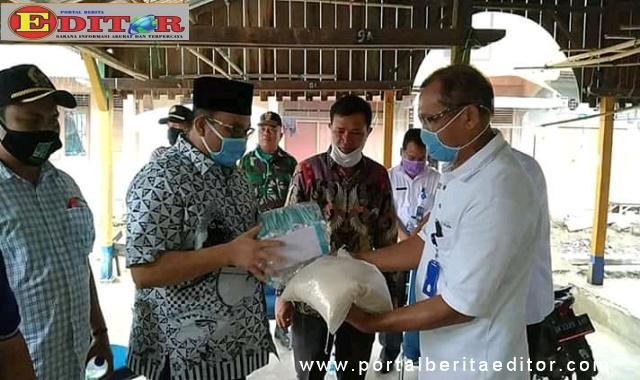 H. Benny Utama menyerahkan bantuan kepada masyarakat kecamatan Simpang Alahan Mati.