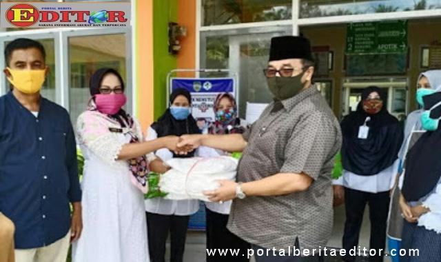 H. Benny Utama,SH MM menyerahkan bantuan APD kepada tenaga medis di Puskesmas.
