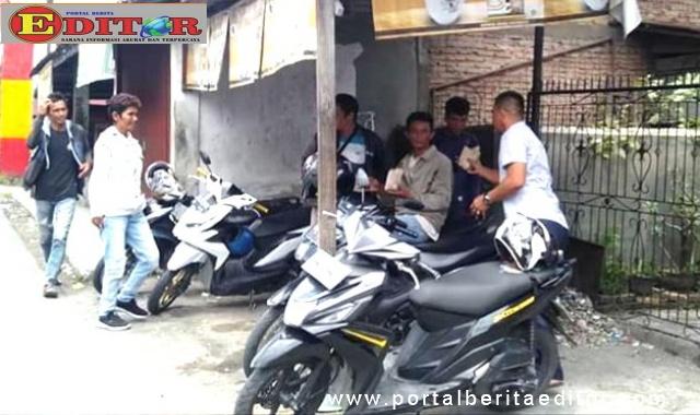 Anggota DPRD Kota Padang, Rustam Efendi saat membagikan makanan kepada warga di Koto Tangah