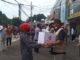 Irjen Pol (p) Drs. Syahfrizal Anhar, SH, MH, serahkan paket sembako pada warga DKI Jakarta.