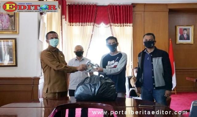 KPU Kota Pariaman menyerahkan bantuan 540 masker Wako Genius Umar.
