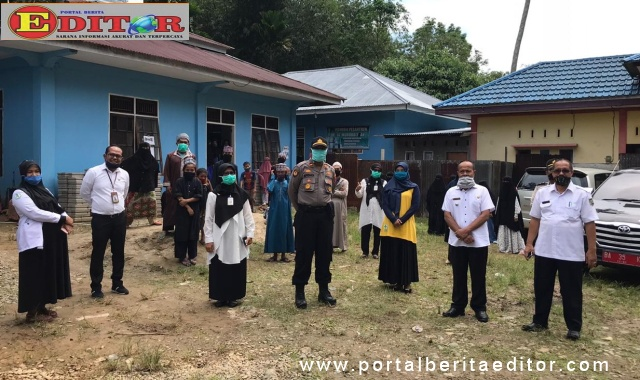 Kadis Kesehatan Kabupaten Sijunjung, Ezwandra bersama Kadis Kominfo Rizal Efendi saat berada di tempat isolasi 14 orang Santri yang pulang dari pesantren Tamoro Jawa Timur.