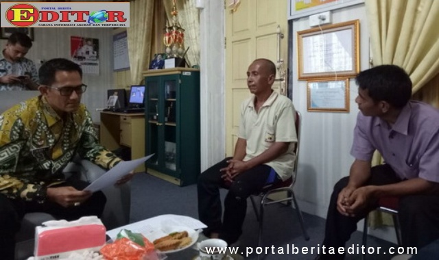 Kalapas Klas II B Eddy Junaedi serahkan Warga Binaan Permasyaratan kepada Lurah Kampung Perak, Yulnas.