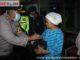 Kapolres AKB Azhar Nugroho saat membagikan sembako di Lubuk Selasih.
