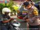 Kapolres Solok Kota Ferry Suwandi bagi bagikan takjil untuk pabukoan.